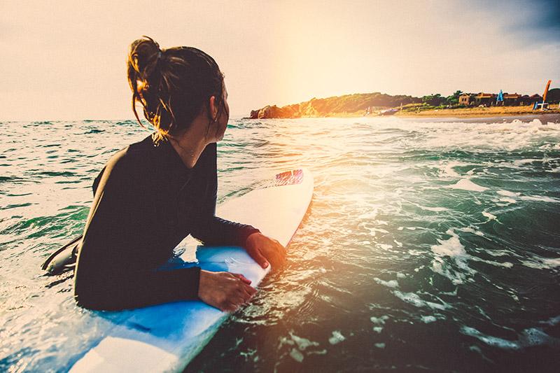 Kadin, sörf tahtasi, denizde